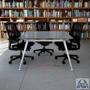 שולחן ישיבות מרובע דגם Spider Glass רגל כסף זכוכית אפורה