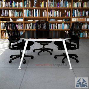 שולחן ישיבות מרובע דגם Spider Glass רגל לבנה זכוכית שחורה