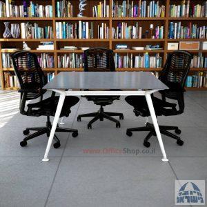 שולחן ישיבות מרובע דגם Spider Glass רגל לבנה זכוכית אפורה